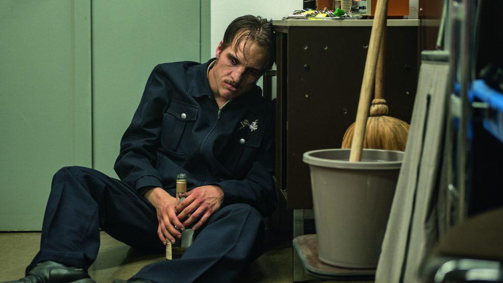Fritz Honka gibt sich auf der Arbeit seiner Alkoholsucht hin in Der goldene Handschuh @ 2018 bombero int.:WarnerBros.Ent.:Photo by Gordon Timpen