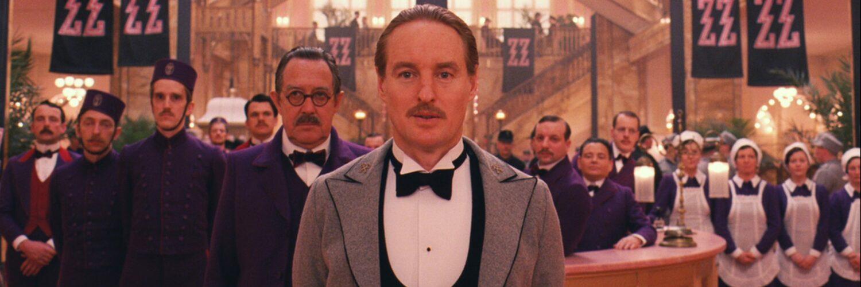 Concierge Gustave H. (Ralph Fiennes) vor Gästen und Bediensteten im Eingangsbereich des Grand Budapest Hotel