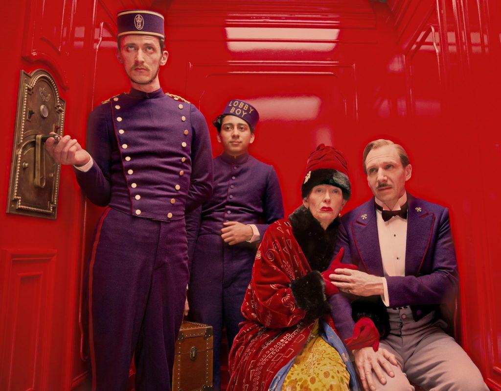 Concierge, Page und Madame D. im Aufzug des Grand Budapest Hotel