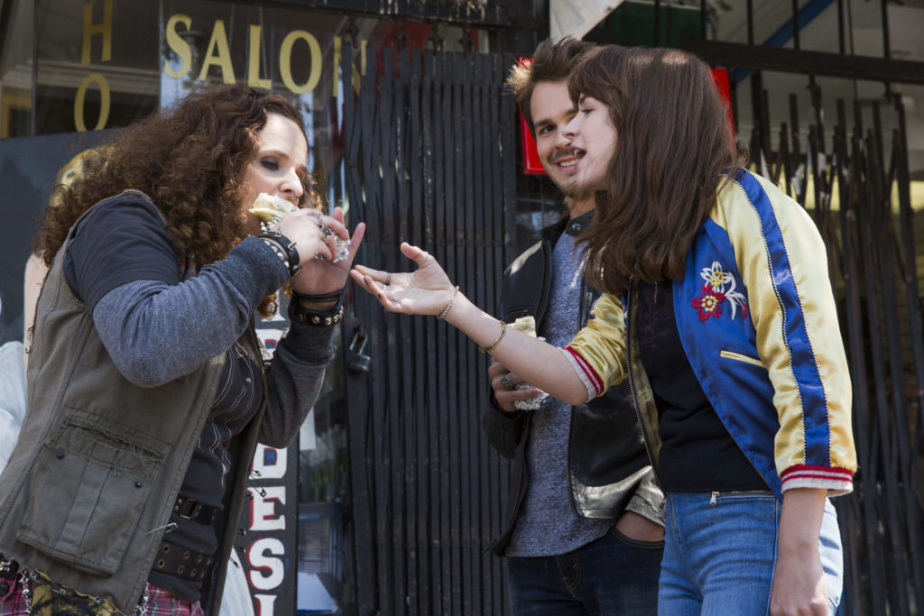 Hauptfigur Sophia steht gestikulierend neben ihrer Freundin