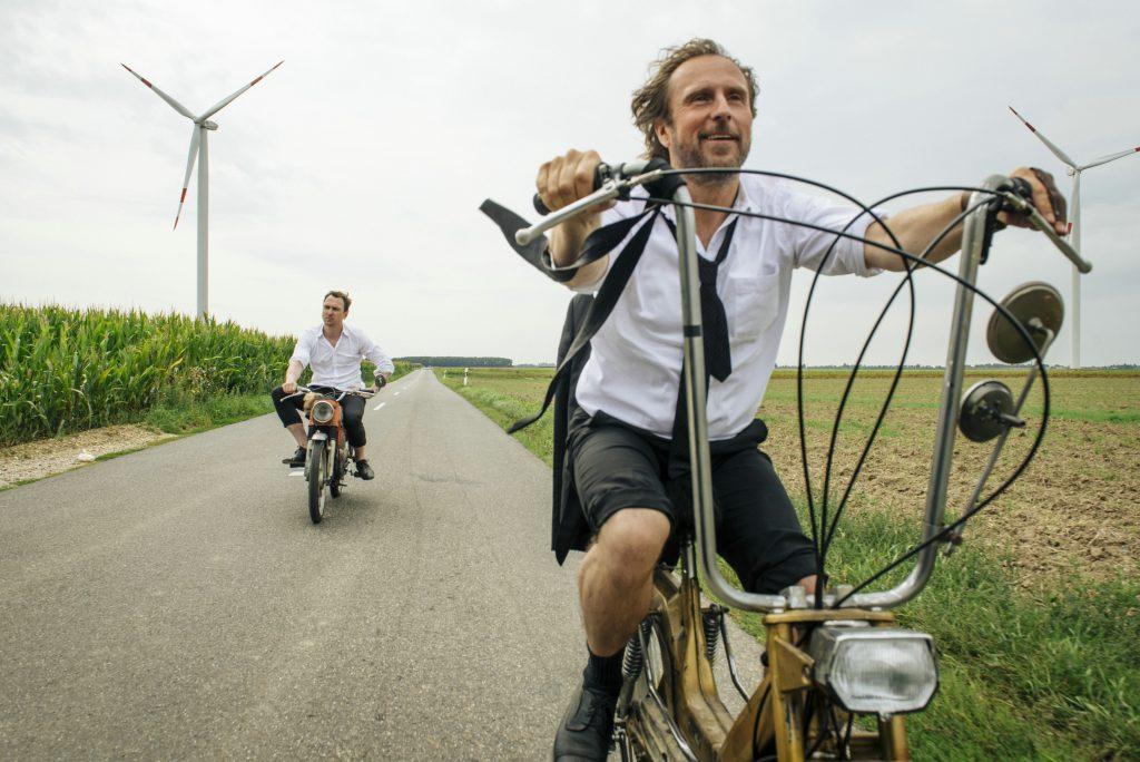 """Lars Eidinger und Bjarne Mädel als """"Christian"""" & """"Georg"""" in """"25 km/h"""" © Sony Pictures"""