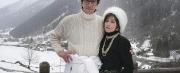 Adam Driver und Lady Gaga posieren als das Ehepaar Gucci auf einer Terasse vor den verschneiten Bergen - House of Gucci
