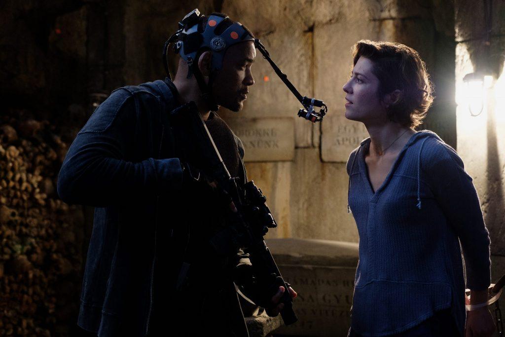 Will Smith trägt beim Dreh für das Motion Capture Verfahren optische Marker auf dem Gesicht und trägt eine kleine Kamera vor seinem Gesicht.