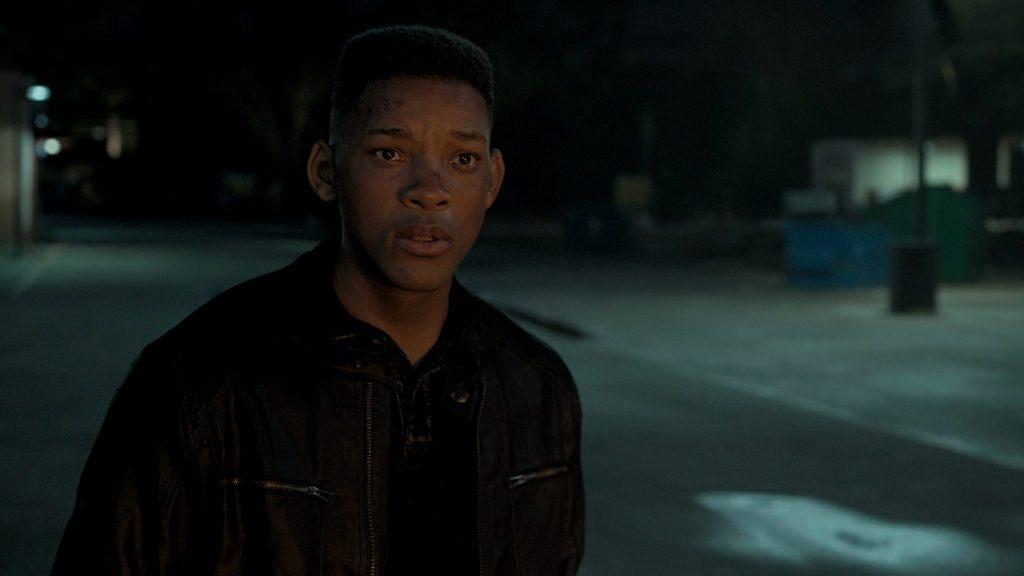 Henry Borgans jüngeres Ich, Junior (Will Smith), blickt ungläubig auf eine Explosion.