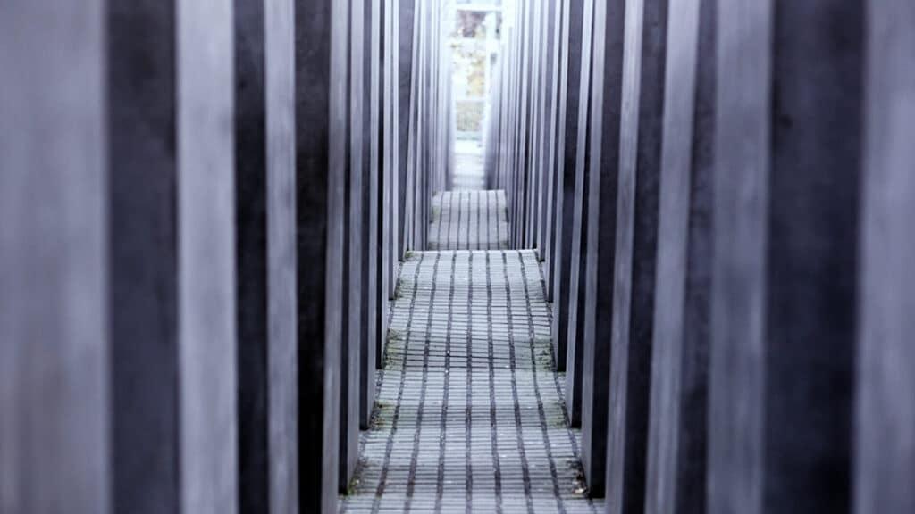 Ein Blick in einen Gang im Denkmal für die ermordeten Juden Europas in Berlin.