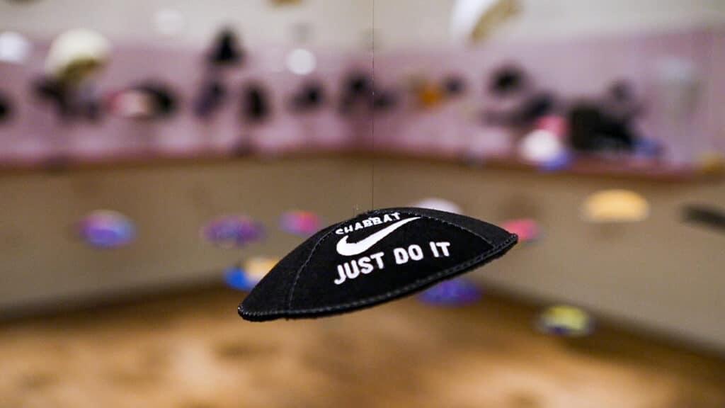 Eine Kippa mit einem Nike-Symbol wirbt für den Chabbat.