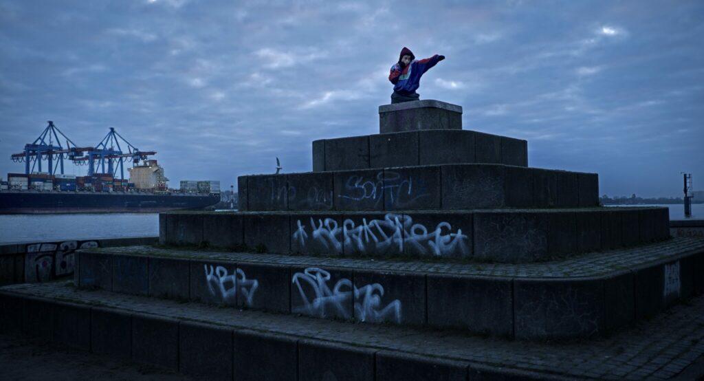 Ali steht im Hamburger Hafen auf einer Steintreppe und trainiert ihre Boxschläge.