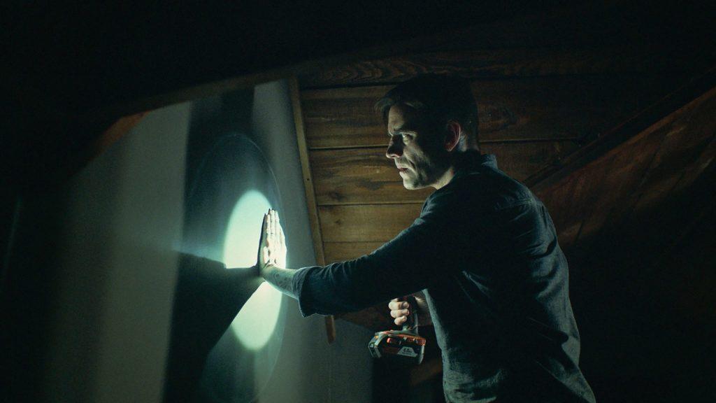 Don Koch (C.M. Punk) tastet die Wände des verfluchten Hauses ab.