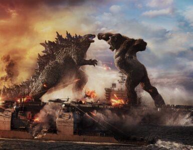 King Kong springt mit erhobener Faust auf Godzilla zu, während sich beide auf einem Flugzeugträger befinden.