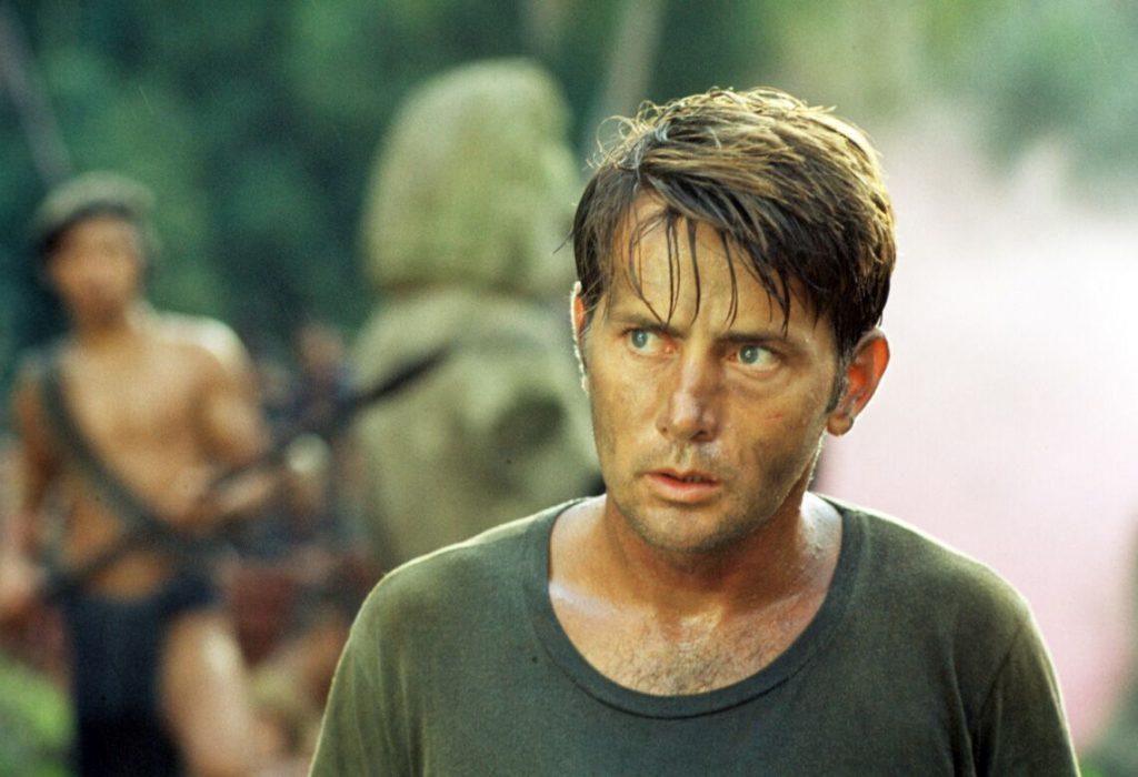 Eine Nahaufnahme von Willards schockiertem und ungläubigen Gesichtsausdruck, der sich durch den ganzen Film Apocalypse Now zieht