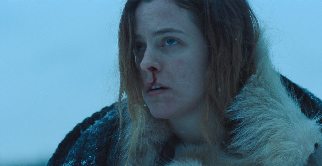 Grace (Riley Keough), mit blutiger Nase in eisiger Kälte, zweifelt an ihrem Verstand in The Lodge © 2019 SquareOne Entertainment
