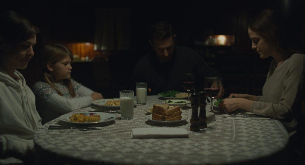 Grace (ganz rechts) fühlt sich unwohl beim ersten gemeinsamen Abendessen mit den Kindern und ihrem Verlobten in The Lodge © 2019 SquareOne Entertainment