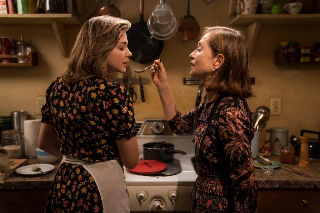 Greta (Isabelle Huppert) reicht Frances (Chloë Grace Moretz) das Essen. © Capelight Pictures