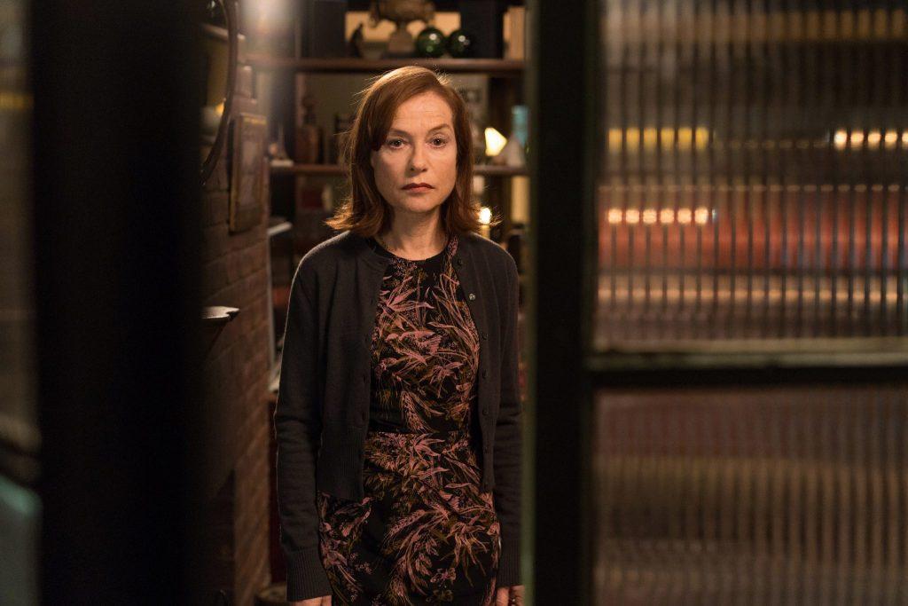 Greta (Isabelle Huppert) steht mit vielsagendem Blick in der Tür. © Capelight Pictures