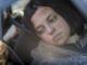 Elena (Paula del Río) schaut bedrückt aus dem Auto und weiß noch nicht, was sie erwartet.