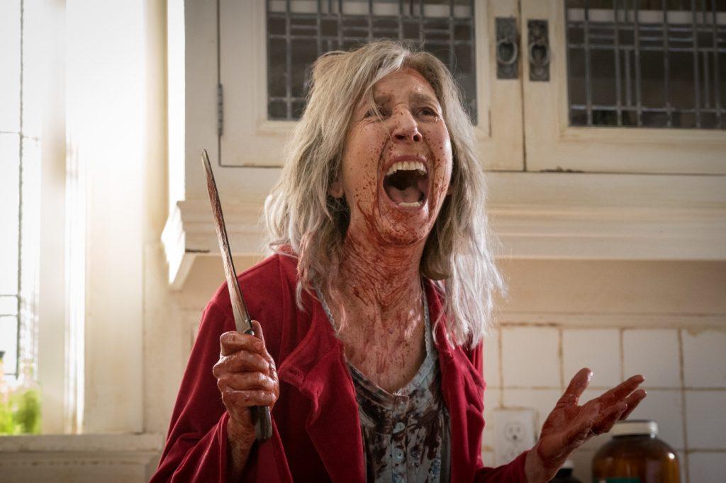 Lin Shaye als Faith Matheson blutüberströmt mit Messer in der Hand in The Grudge