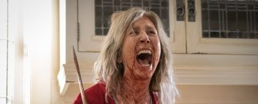 Lin Shaye als Faith Matheson blutüberströmt mit Messer in der Hand in The Grudge
