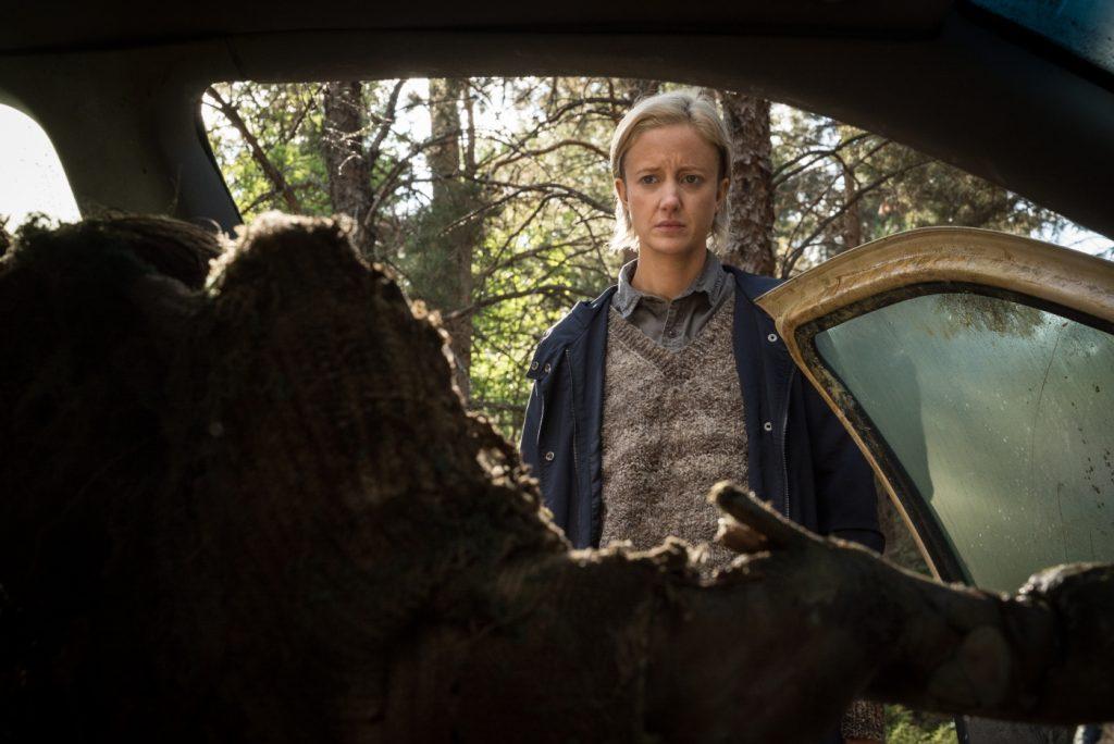 Andrea Riseborough als Detective Muldoon entdeckt eine Leiche in The Grudge