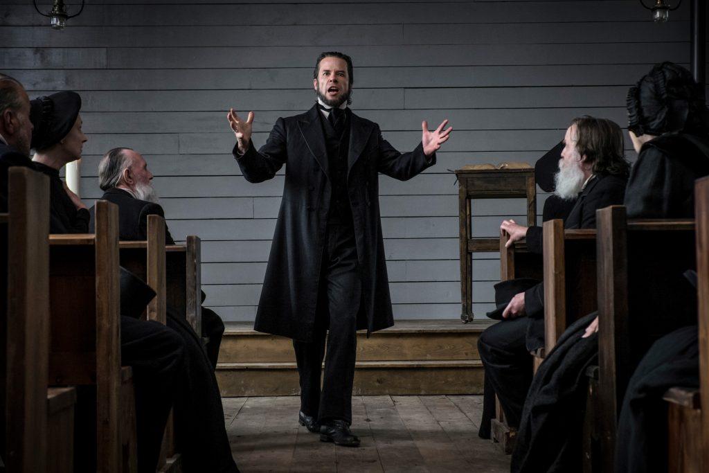 Guy Pearce pflanzt das Böse durch die Predigt in seiner Gemeinde