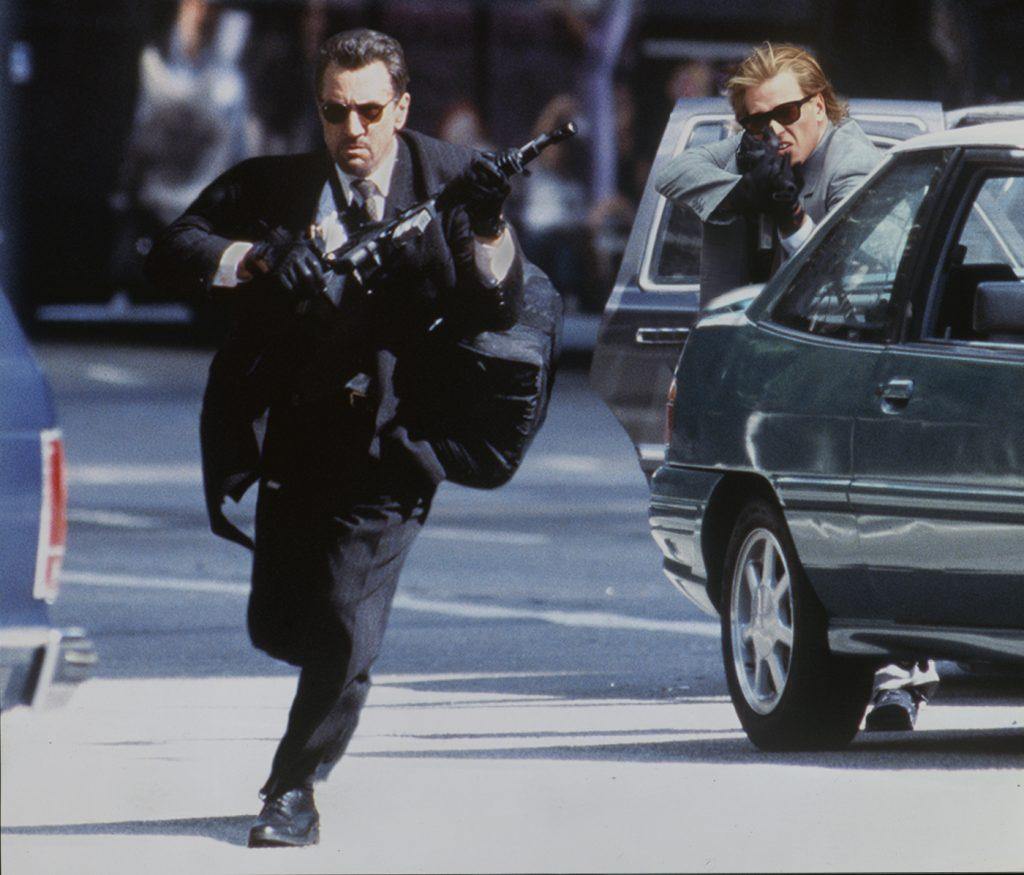 De Niro und Val Kilmer mit Gewehren bewaffnet in den Straßen von Los Angeles© 2016 Twentieth Century Fox Home Entertainment