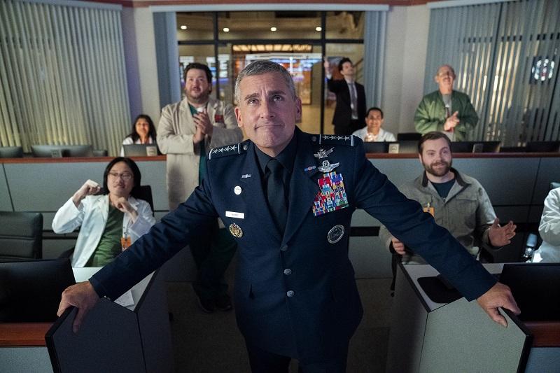 Steve Carell als zufriedener General im Operations Center, hinter ihm das Personal - Neu auf Netflix im Mai 2020