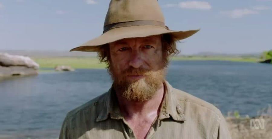 Als vom Leben gezeichnet trägt Baker als gealterter Soldat einen Vollbart, während die zerzausten Haare unter einem Hut verborgen sind - High Ground