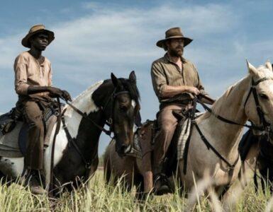 Hoch zu Pferd reiten Simon Baker und Jacob Junior Nayinggul auf der Jagd nach den Aufständischen durch das Outback in High Ground - Der Kopfgeldjäger