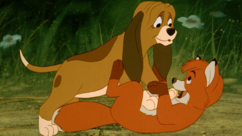 Der junge Hund Capper und der junge Fuchs Cap tollen vergnügt herum - Filme von Disney.
