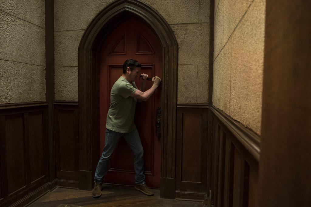 Was befindet sich hinter der mysteriösen roten Tür? © Netflix