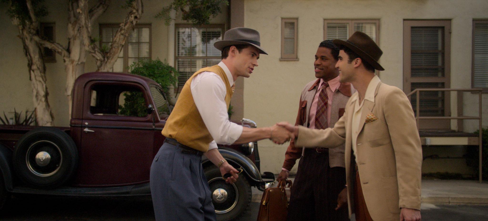 Die drei Protagonisten Jack, Archie und Raymond begrüßen sich vor einem Haus in Hollywood