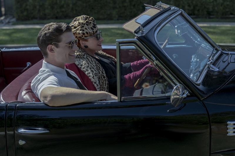 David Corenswet und Patti LuPone sitzen vergnügt im Cabrio - Neu auf Netflix im Mai 2020