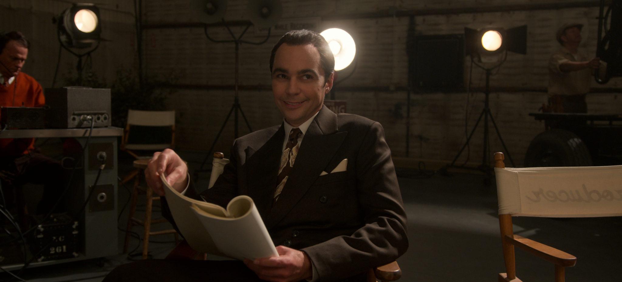Der zwielichtige Manager Henry Wilson beim Filmdreh, in der Hand das Skript, im Hintergrund das Set