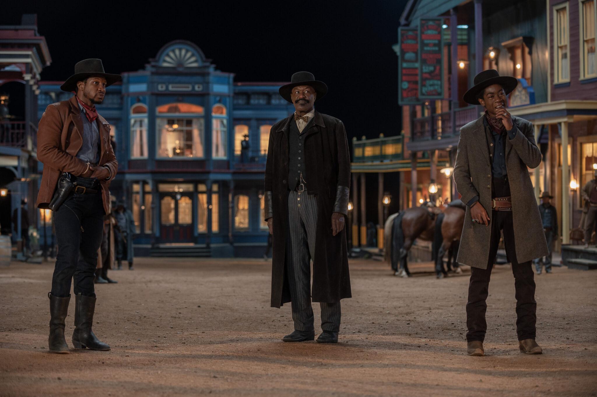 Drei dunkelhäutige Cowboys in einer Westernstadt. Alle tragen schwarze Hüte.