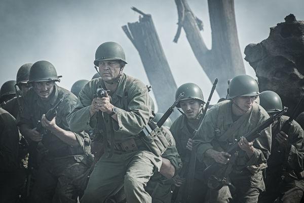 Auf dem Schlachtfeld in Hacksaw Ridge - Die Entscheidung pirschen die Soldaten in Staub gehüllt voran