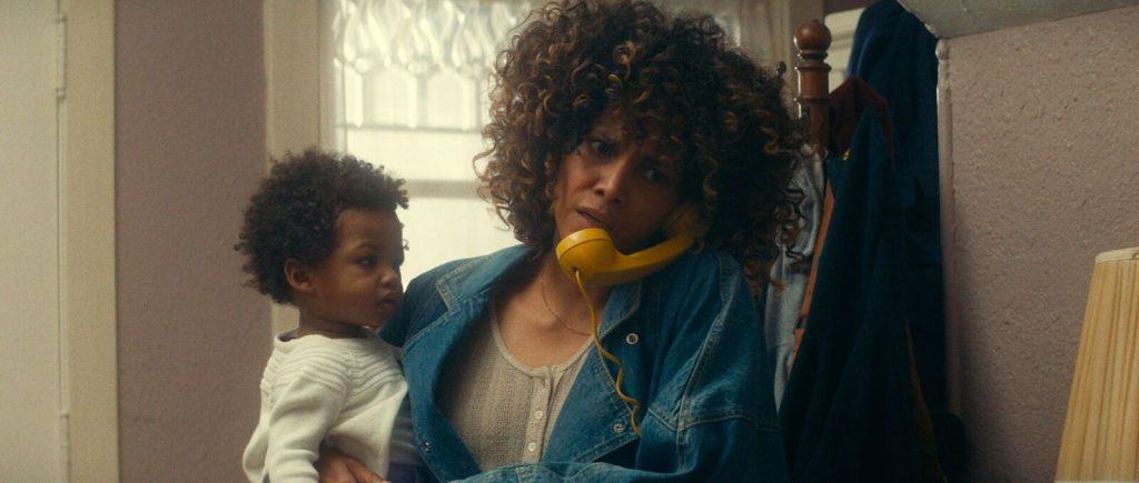 """HHalle Berry telefoniert in """"Kings"""" mit einem Kleinkind auf dem Arm © Universal Pictures"""