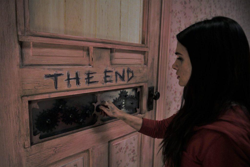 Harper öffnet in Halloween Haunt einen Schließmechanismus an einer Tür