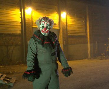 Ein gruseliger Clown wartet am Eingang zum Halloween Haunt
