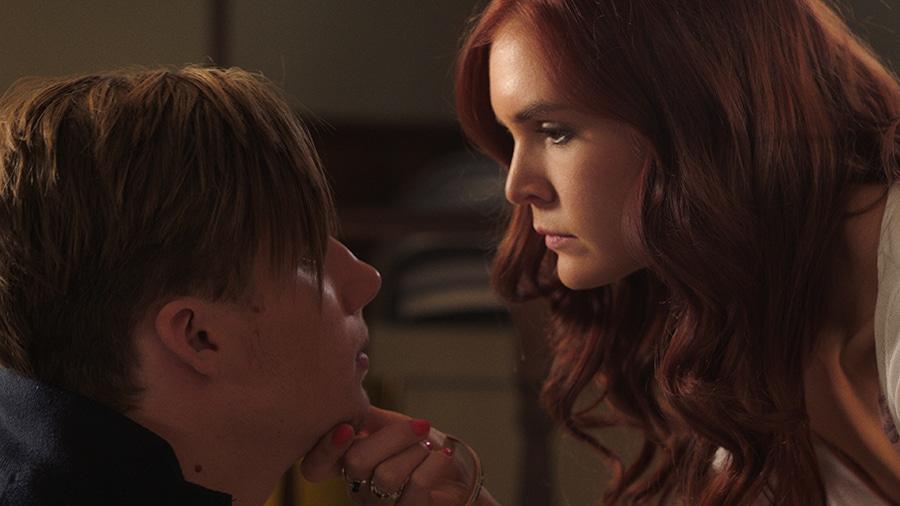 In Harpoon sind die Gesichter von Sasha und Richard im Profil zu erkennen. Sasha befindet sich auf der rechten Bildseite und blickt auf ihren Freund herab. Sie hält dabei das Kinn von Richard auf der linken Bildseite.