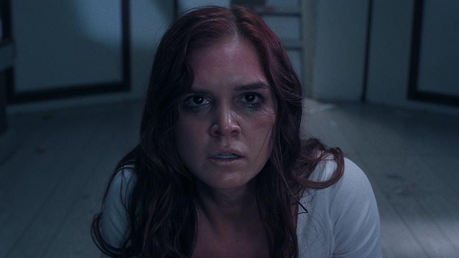 Die sichtlicht mitgenommene Sasha ist in einer Nahaufnahme zu erkennen und blickt besorgt in die Kamera.