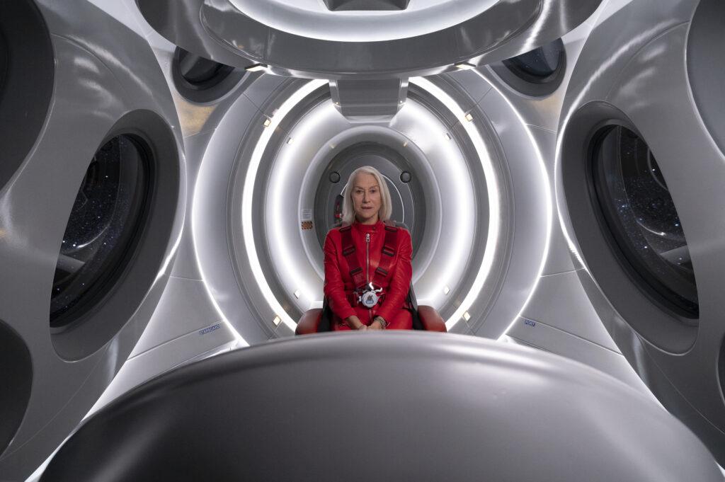Helen Mirren sitzt in einem weiß-grauen, futuristischen Raumschiff-Cockpit in Solos - Neu bei Prime im Juni 2021