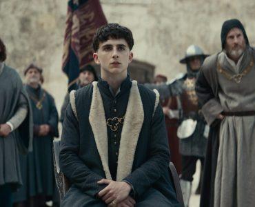 Henry V. (Timothée Chalamet) ist gerade frisch gekrönt und muss schwere Entscheidungen treffen in The King © 2019 Netflix