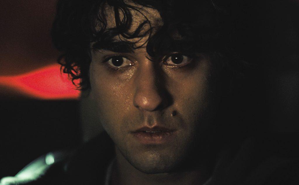 Peter Graham (Alex Wolff) schaut nach einem verhängnisvollen Unfall schockiert und innerlich aufgewühlt drein.
