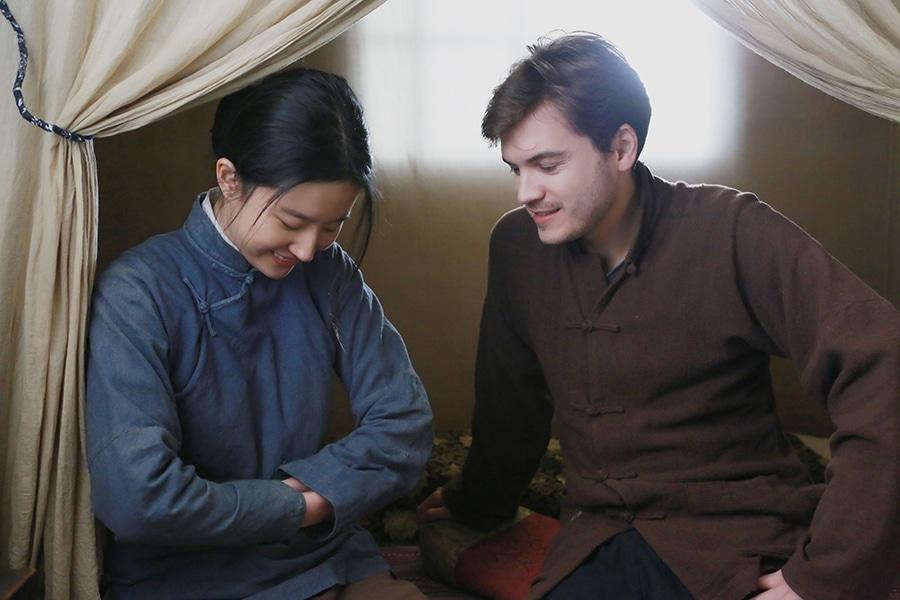 Ying (Yifei Liu) und Jack (Emile Hirsch)