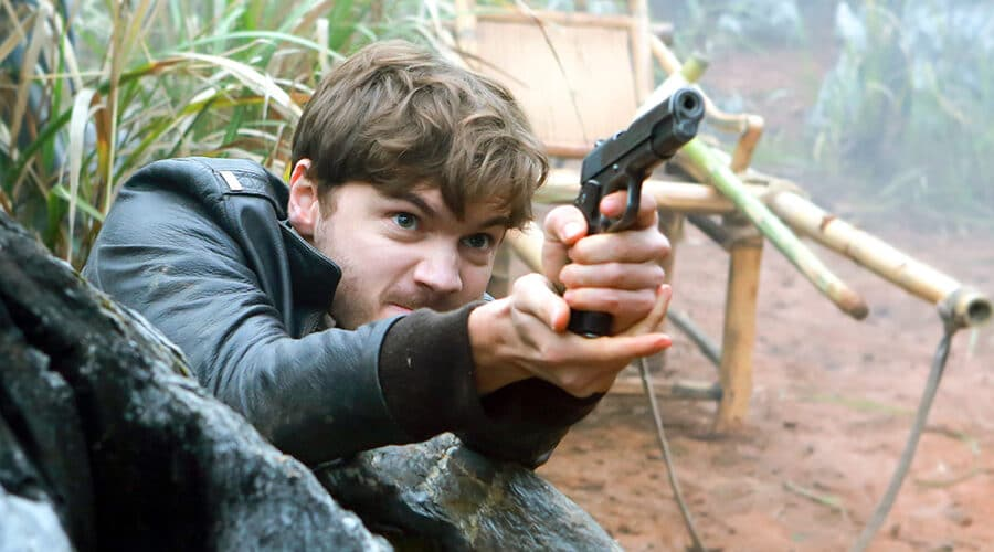 Jack (Emile Hirsch) zielt mit seiner Pistole aus einem Versteck
