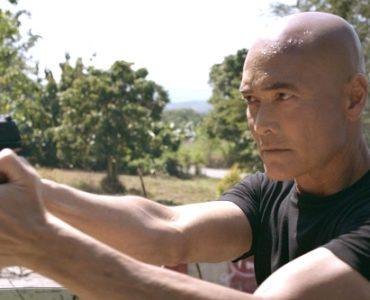 Mark Dacascos hat die Pistole gezogen und harrt der Dinge, die ihn auf der Straße erwarten
