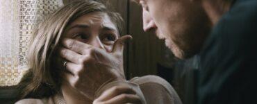 Der Schauspielerin Hemione Corfield wird in einer Szene in Hunter's Creek der Mund zugehalten.