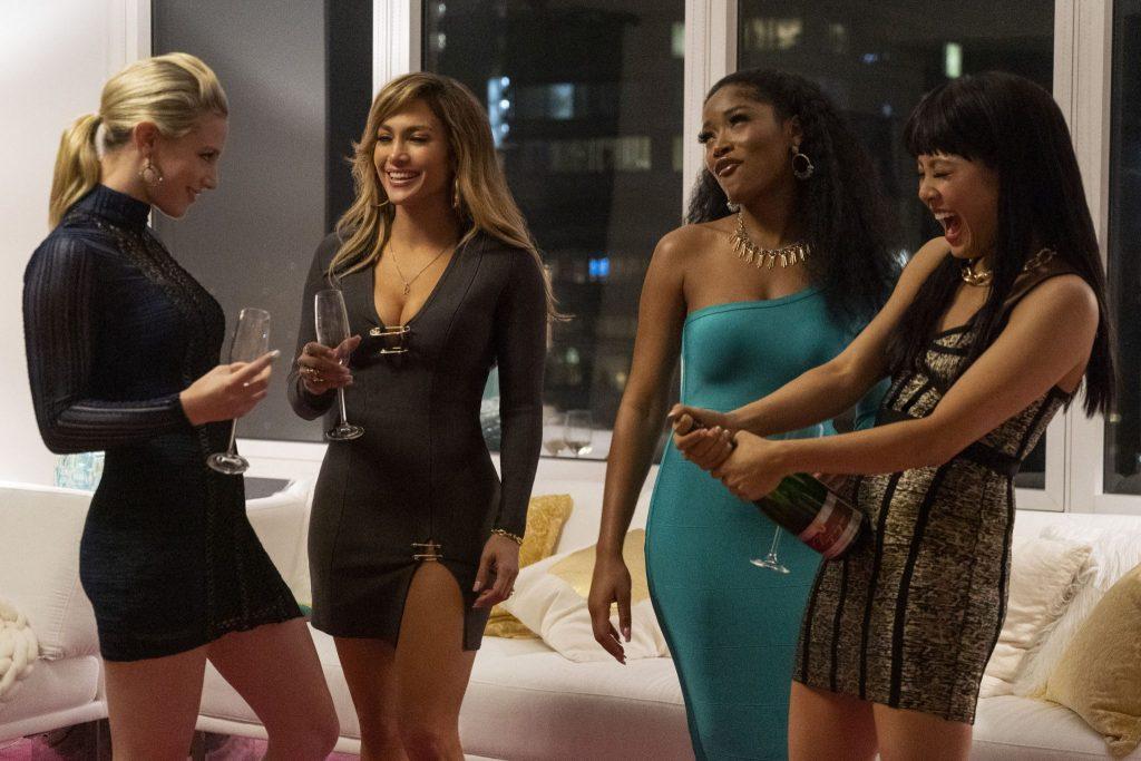 Die Gruppe um Ramona (Jennifer Lopez) und Destiny (Constance Wu) stößt in Hustlers mit Sekt auf ihre Erfolge an