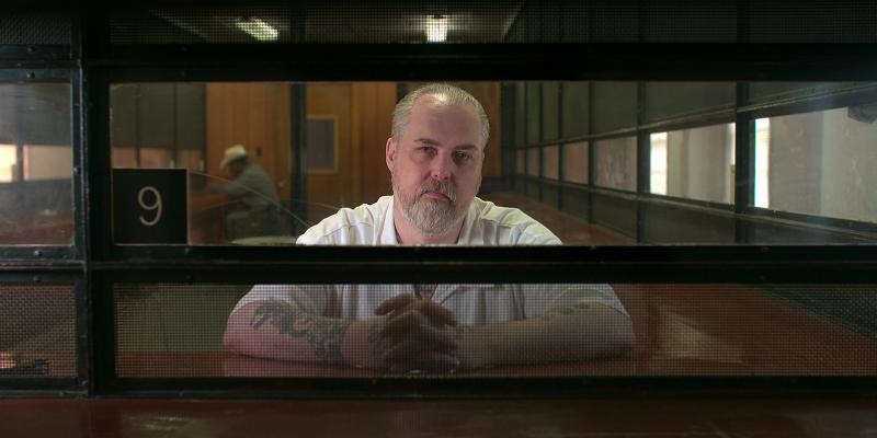 Dale Wayne Sigler sitzt im Besucherraum eines Gefängnisses hinter Schutzglas - Neu auf Netflix