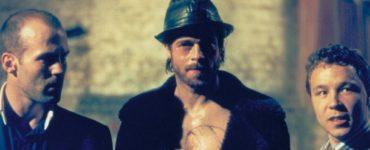 Jason Statham, Brad Pitt und Stephen Graham stehen in Reihe nebeneinander.