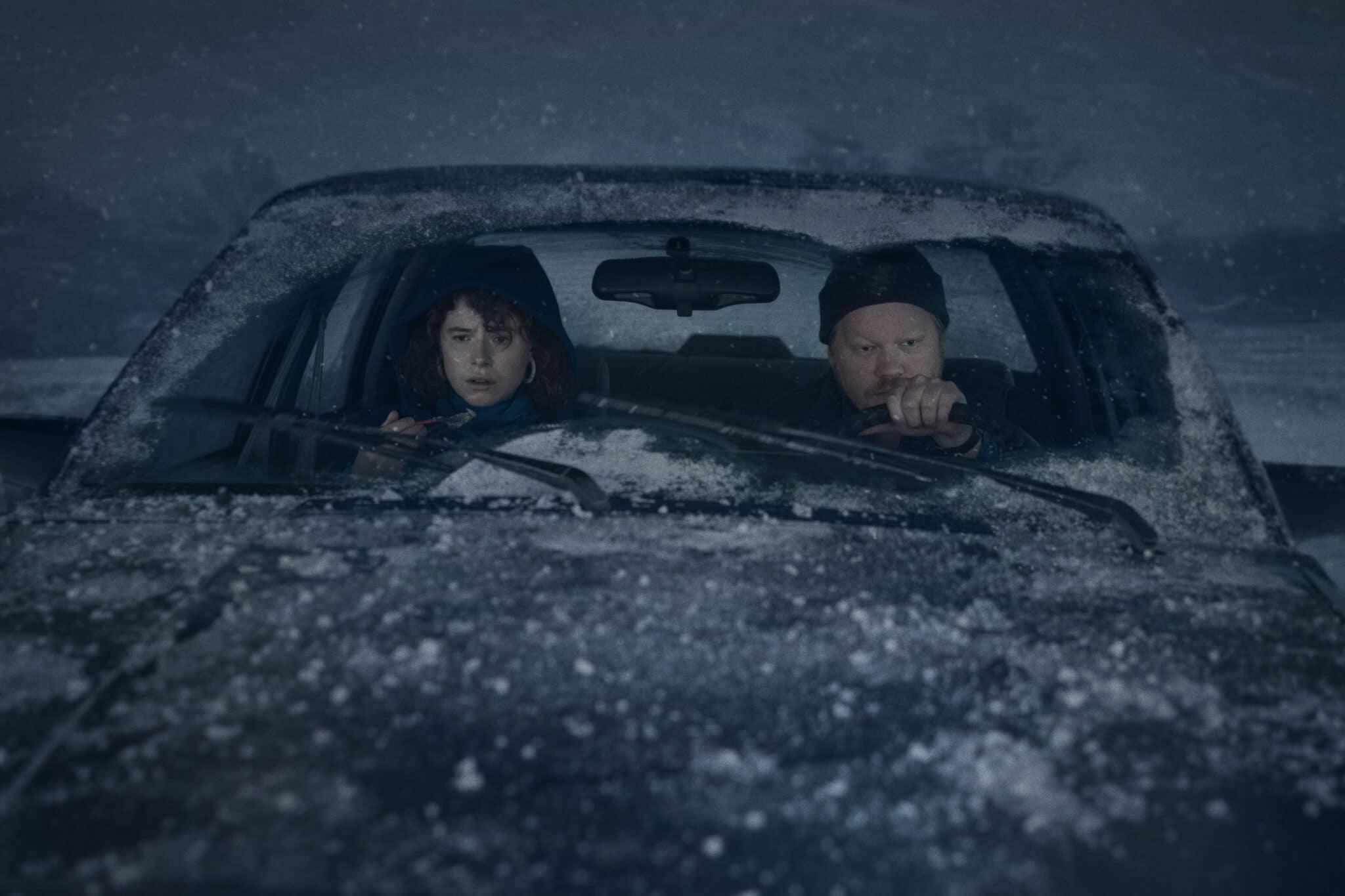 Die beiden Hauptcharaktere fahren im Schneesturm mit dem Auto